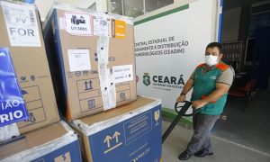Ceará recebe lote com 262 mil doses de vacina da Pfizer contra a Covid-19