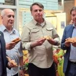 Após driblar protestos em hotel, Bolsonaro come pizza na calçada em NY