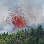 Vulcão associado a possível tsunami no Brasil entra em erupção; veja imagens