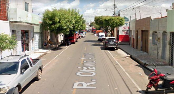 Ladrão invade residência em Juazeiro e furta celular de idosa